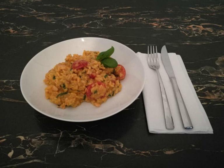 Tomaten-Risotto mit Basilikum und geraeuchertem Lachs